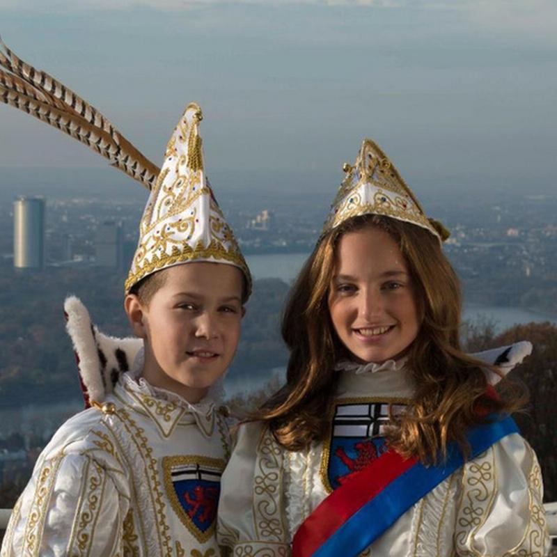Portraitfoto des Kinderprinzenpaares vor der Kulisse von Bonn
