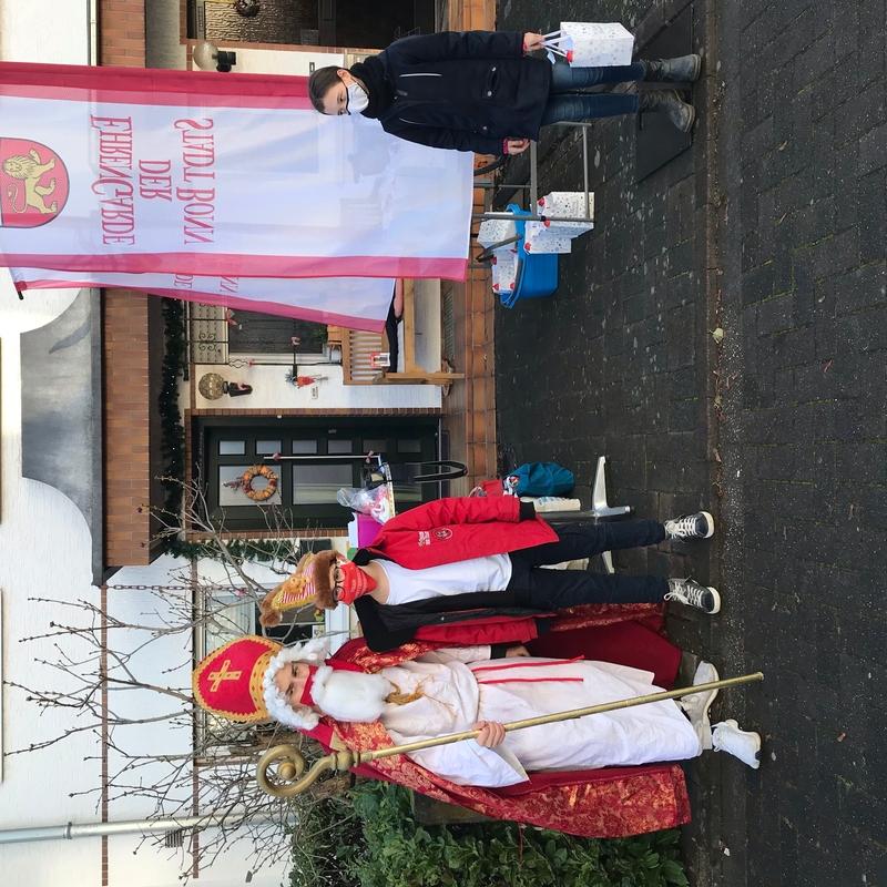 Der Nikolaus der Ehrengarde posiert für ein Foto