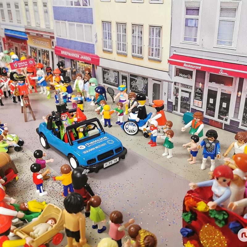 Der Playmobil-Rosenmontagszug zieht durch die Bonner Friedrichstraße
