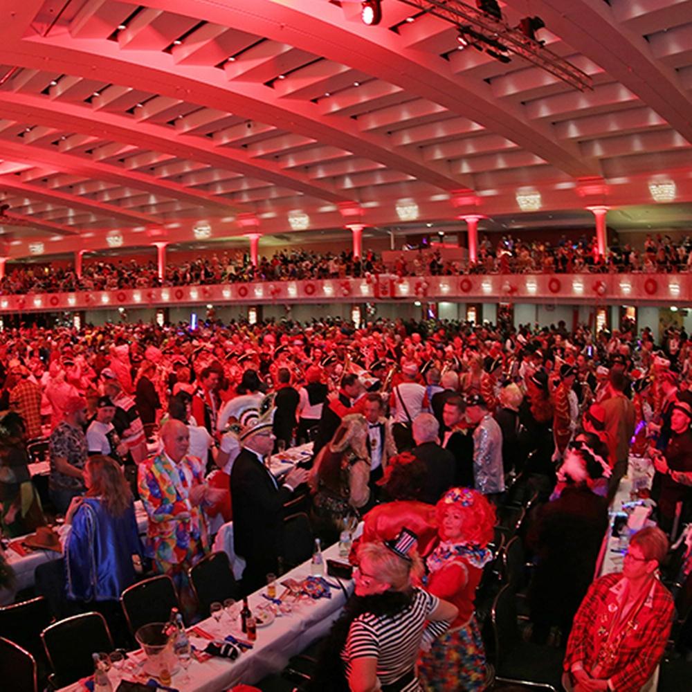 Klatschende Karnevalisten im großen Saal des Maritim