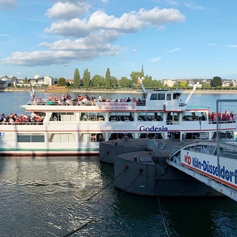 Die Godesia liegt abfahrtbereit und mit einer Vielzahl von EhrenGardisten an Board am Bonner Rheinufer