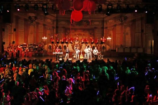 Auf diesem foto sieht man eine Band bei ihrem Auftritt auf der großen Bürgersitzung, er herscht ordentlich stimmung im Publikum