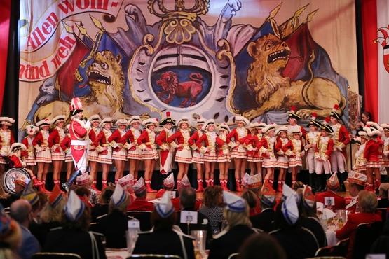Frauen und Männder des Cadettencorps stehen auf der Bühne, der Cadettencorpsführer steht davor mit einem Mikrofon