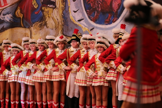 Kinder in Uniform stehen aufgereit auf der Bühne hintereinander