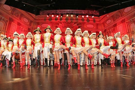 Auf dem foto sieht man die Tanzgruppe auf der Bühne beim Tanzen in einer reihe