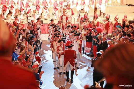 Der Musikzug der Ehrengarde musiziert  vor der Bühne umrungen von klatschenden Karnevalisten