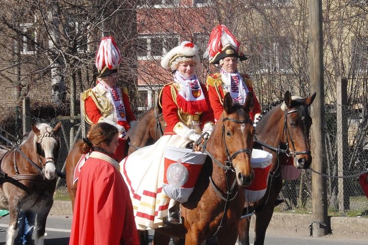 Uniformierten Ehrengardisten reiten zu Pferd am Oskar Romero Haus vorbei.