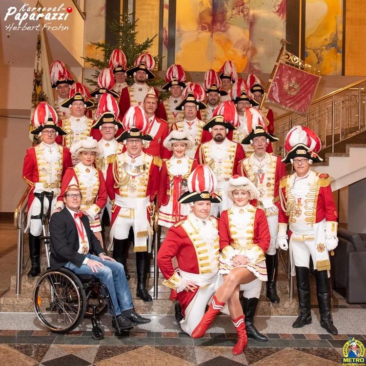 Die Mitglieder der Artillerie Posieren uniformiert und vor einer Treppe mit goldenem Treppengeländer