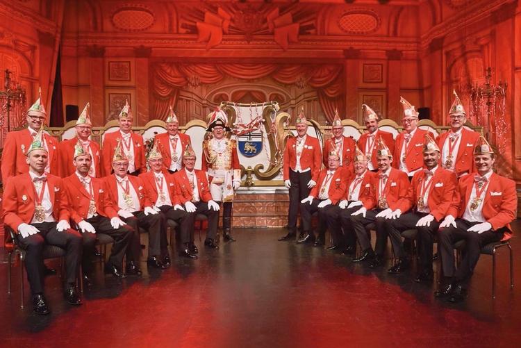 Die Mitglieder des Elferrat posieren in einer V-Formation für das Foto.