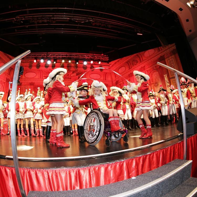 Bei einer Aufführung der Kindertanzgruppe steht ein Mädchen im Rollstuhl im Mittelpunkt der Bühne.