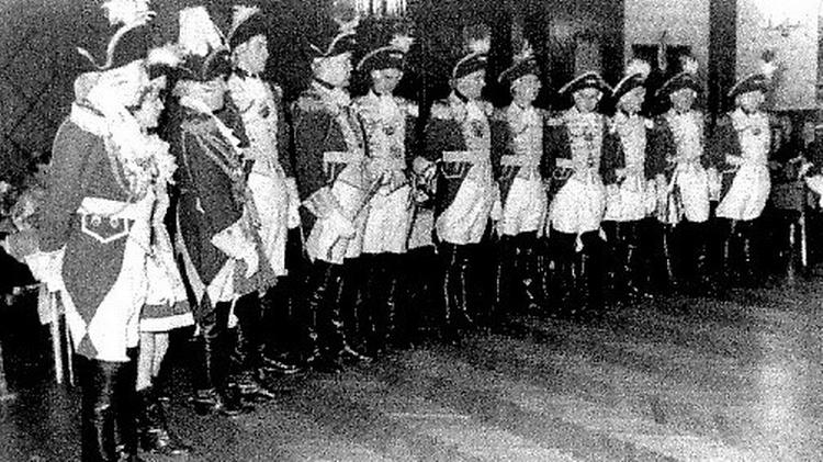 Auf dem alten Schwarzeweiß Foto stehen die damaligen Mitglieder der Kavallerie in Reihe.