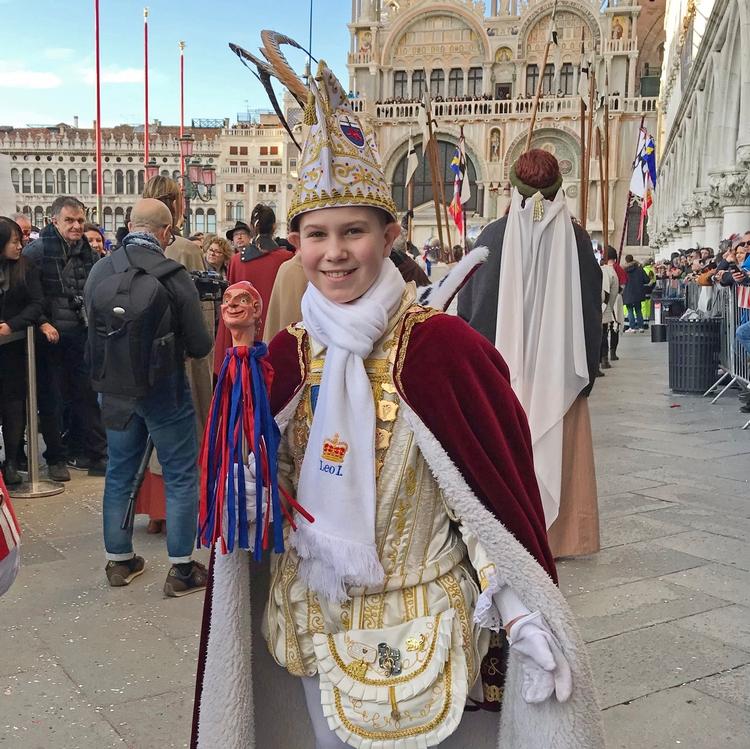 Foto vom Kinderprinz Leo I. in feierlicher Bekleidung