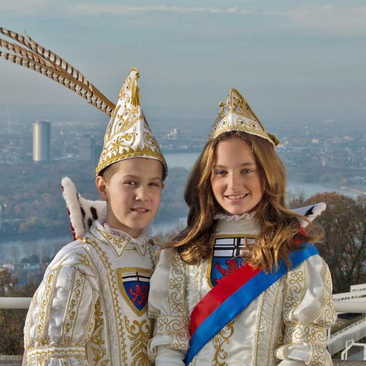 Portraitfoto des Kinderprinzenpaares der Session 2020/2021. In Hintergrund sind der Rhein sowie der Bonner Posttower zu erkennen.