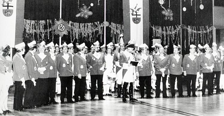 Ein altes schwarz-weißes Foto des Mööden Senat in Uniform im Saal der Ehrengarde