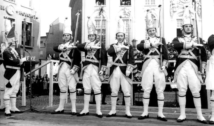 EhrenGardisten posieren mit Ihren Gewähren auf dem Bonner Marktplatz, im Hintergrund sieht man das alte Bonner Rathaus.