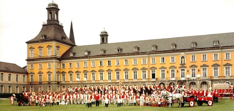 Die EhrenGardisten versammeln sich vor dem Universitätsgebäude auf dem Bonner Hofgarten. Auch eine Kutsche mit Pferd und eine Kanone sind zu erkennen.