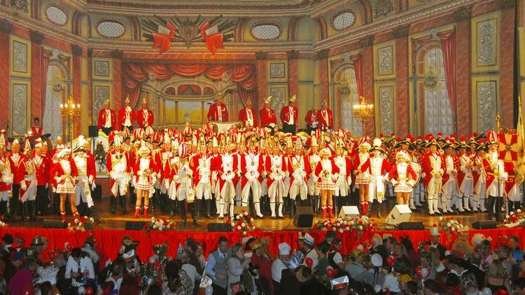Eine Vielzahl von EhrenGardisten und EhrenGardistinnen stehen während einer Sitzung auf der Bühne.