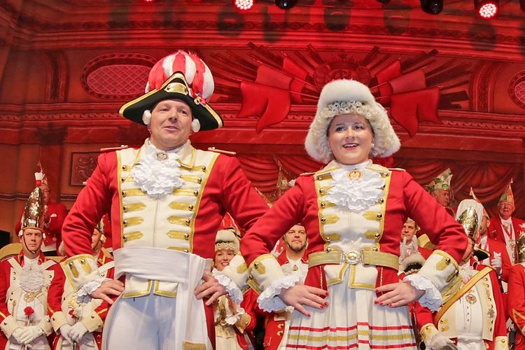 Das Tanzpaar der Ehrengarde posiert in stolzer Haltung.