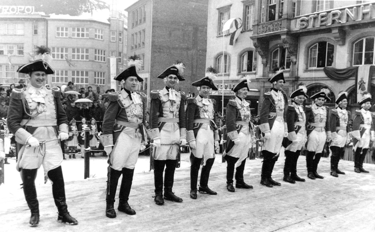 Schwarz-weiß Foto des ehemaligen Elferrates auf dem Bonner Marktplatz.