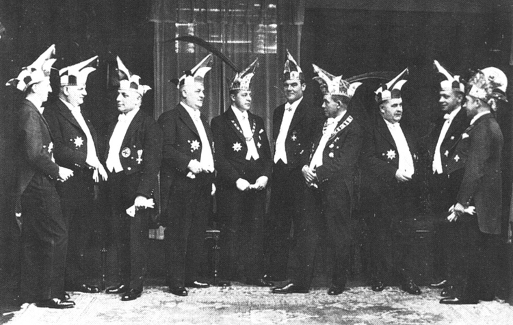 Ein altes schwarzweiß Foto der damaligen Mitglieder des Elferrates in Uniform.