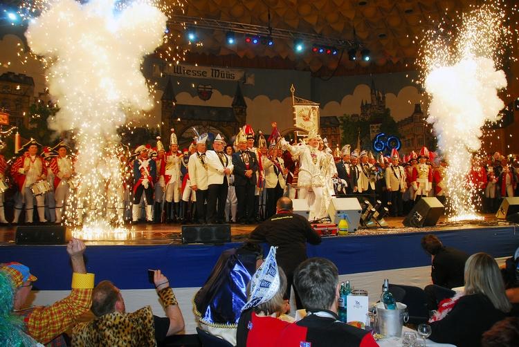 Die Ehrengardisten auf der Bühne heizen dem Publikum mit einer Pyroshow ein.