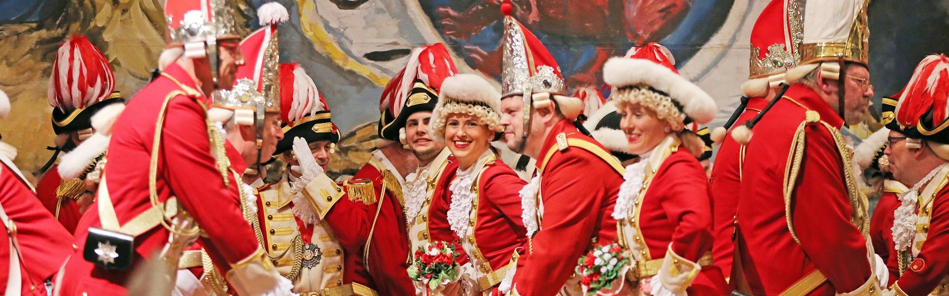 Die Tänzerin schaut, während eines Tanzes der Ehrengarde, lachend in die Kamera.