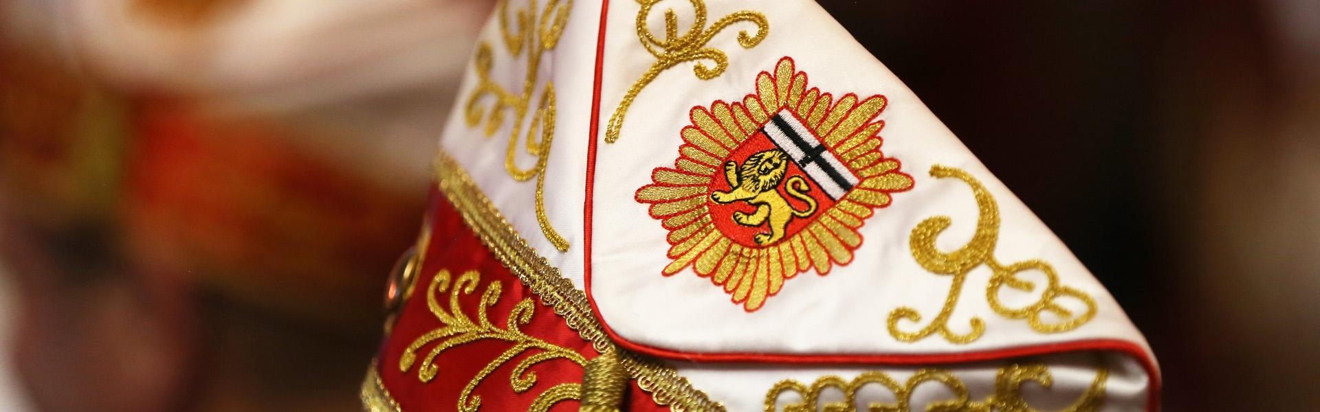 Das Bild zeigt einen mit dem Wappen der Bundesstadt Bonn geschmückten Hut.