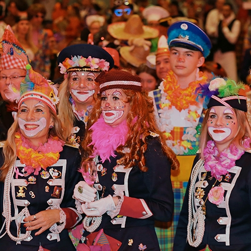 Als Matrosen-Clows kostümierte Gäste beobachten amüsiert das Bühenengeschehen.