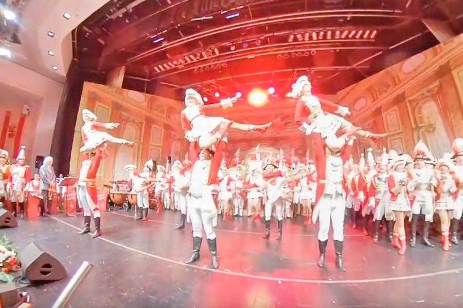 Screenshot aus dem Video der Tanzgruppe auf der Bürgersitzung 2020: Tänzerinnen werden von Ihren Tanzpartnern in die Luft gehoben.