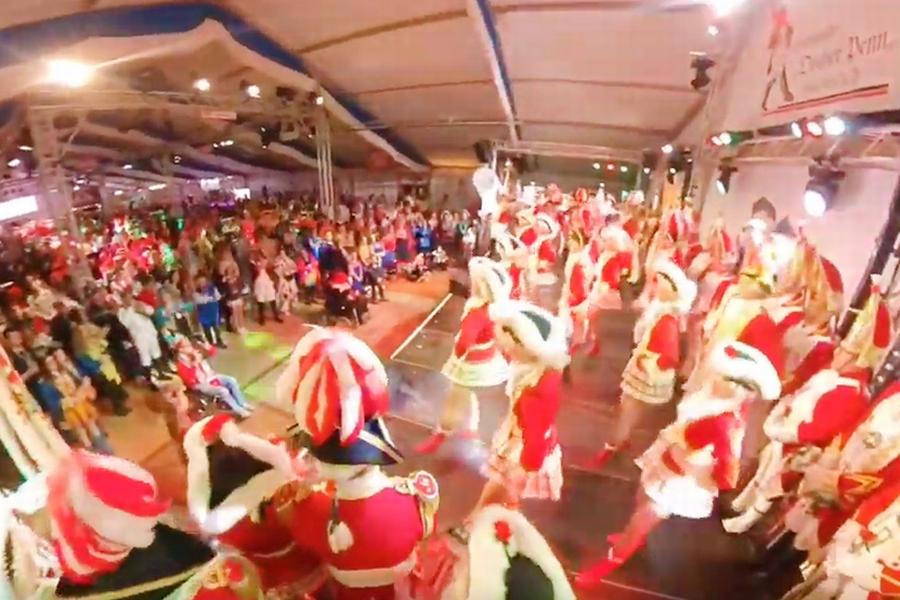 Screenshot aus dem Video des Gardetreffens 2020 in Aachen: Die Tänzer und Tänzerinnen begeistern das anwesende Publikum mit einer Tanzeinlage. Durch das Klicken wird das Video abgespielt.